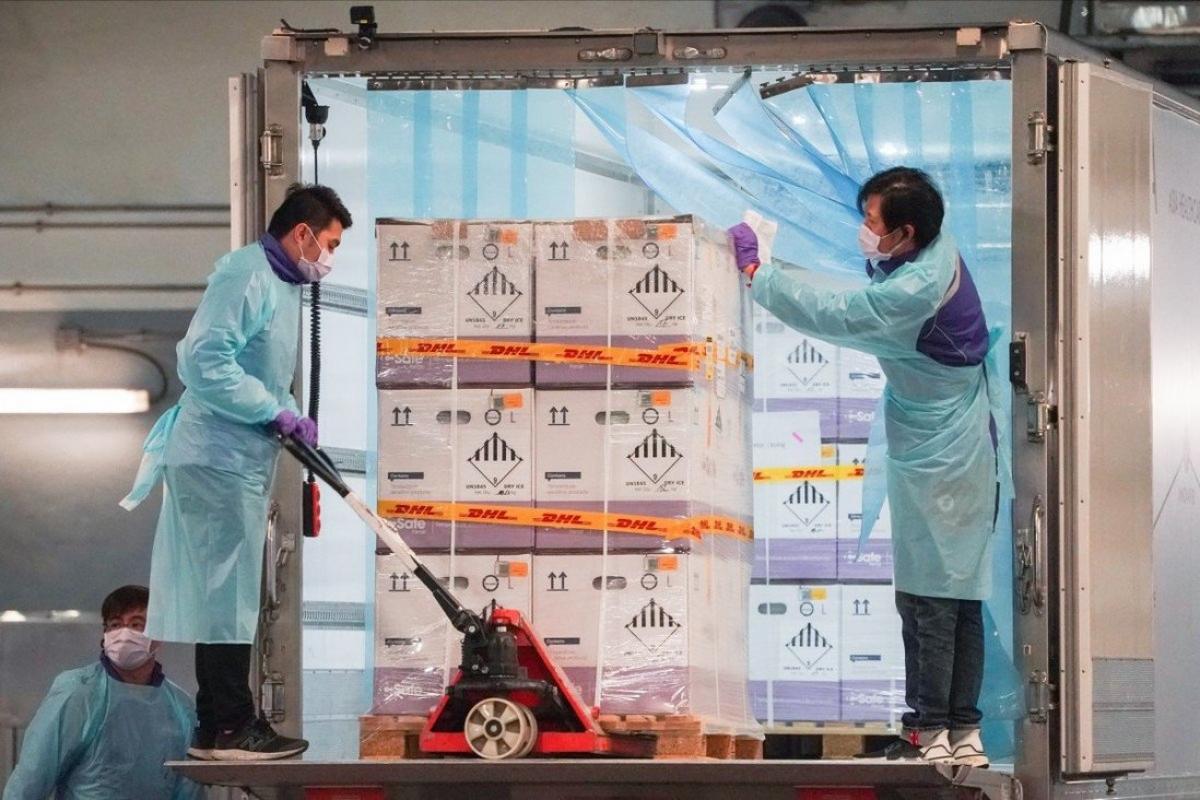 Lô vaccine của BioNTech được chuyển tới Hong Kong vào tháng 2/2021. Ảnh: SCMP