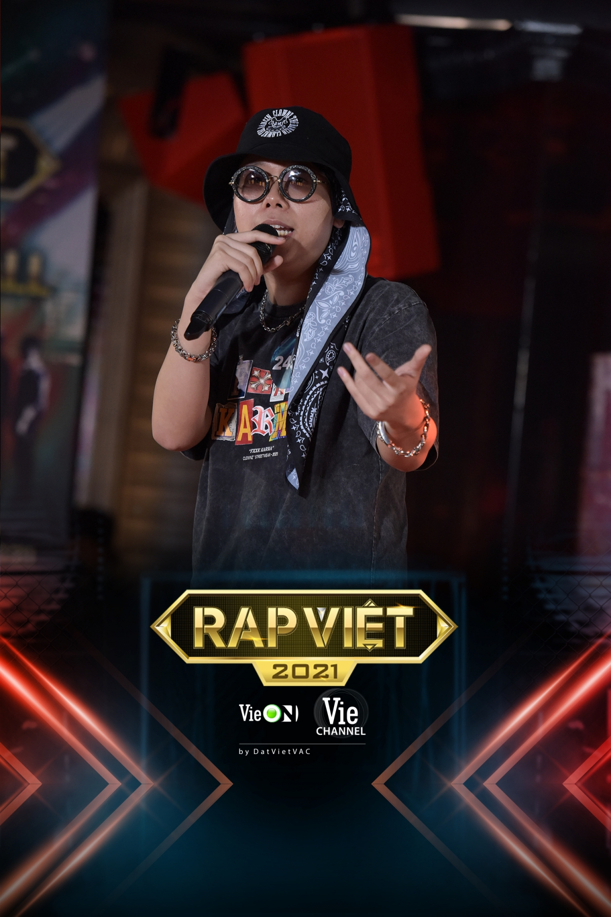 Rapper có ngoại hình giống Touliver xuất hiện trên sân khấu.