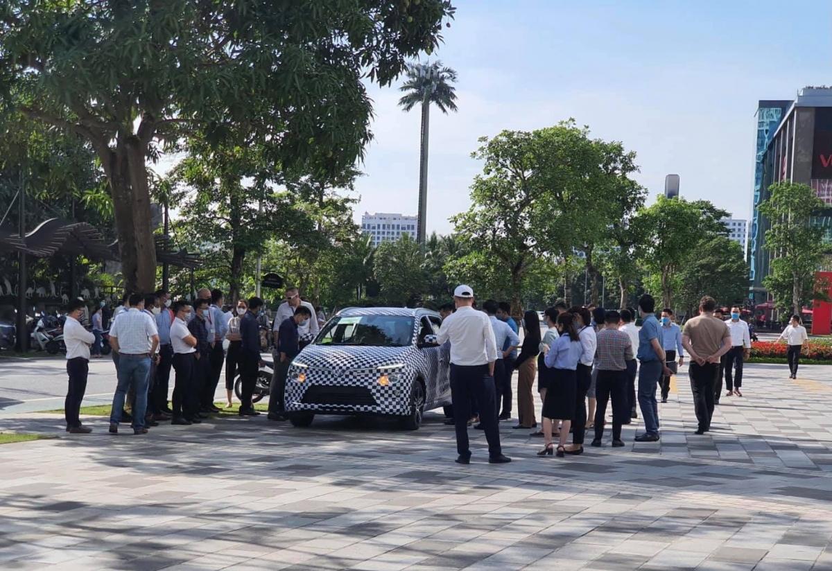 Mẫu SUV chạy thử được nhiều người chú ý.