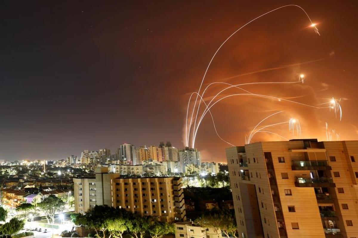 Hệ thống Vòm Sắt của Israel đánh chặn rocket từ phóa Dải Gaza nã vào nước này ngày 12/5/2021. Ảnh: Reuters