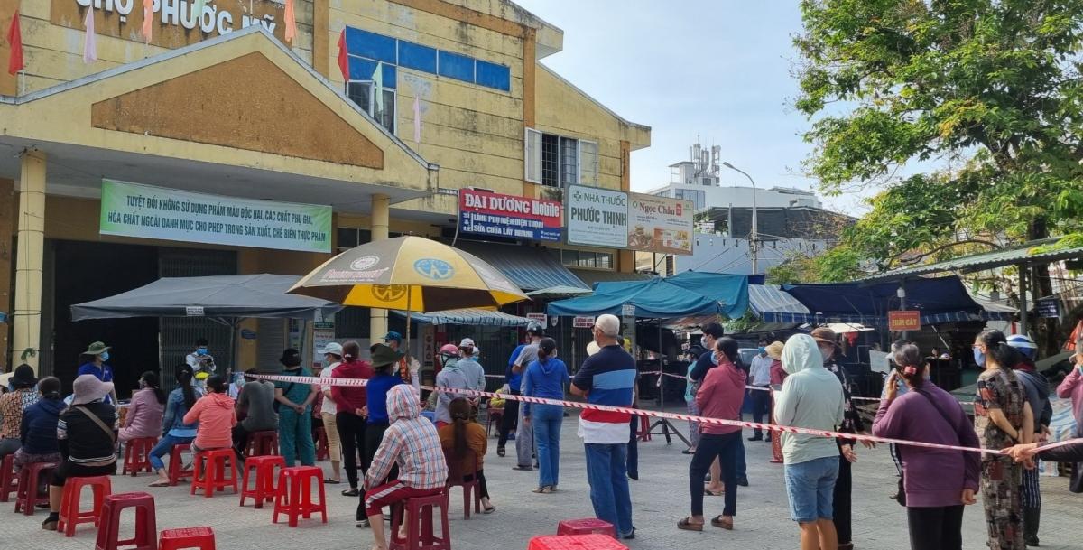 Gần 500 tiểu thương và người dân xung quanh chợ Phước Mỹ được lấy mẫu xét nghiệm