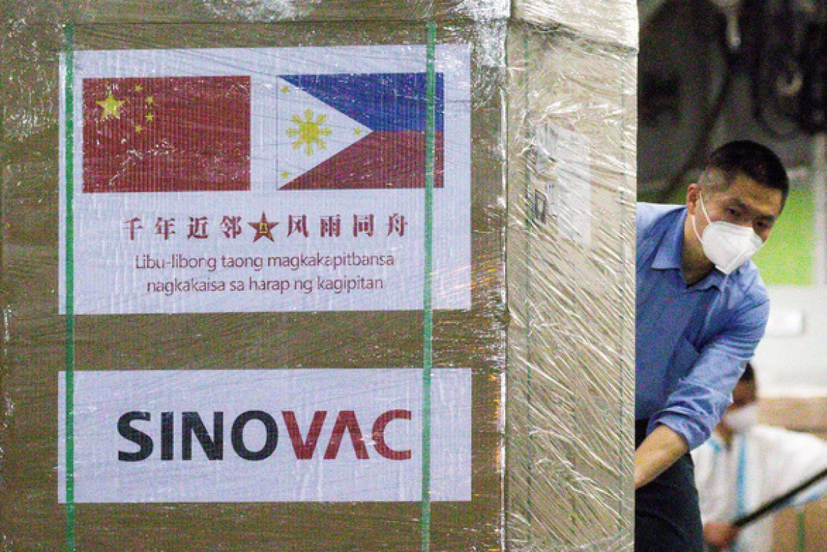 Vận chuyển vaccine CoronaVac của Hãng Sinovac Biotech (Trung Quốc) tại căn cứ không quân Villamor ở TP Pasay, thuộc đại đô thị Manila, Philippines ngày 28/2-/021. Ảnh: Reuters