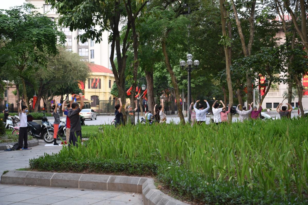 Người dân tụ tập đông người tại vườn hoa Lý Thái Tổ.