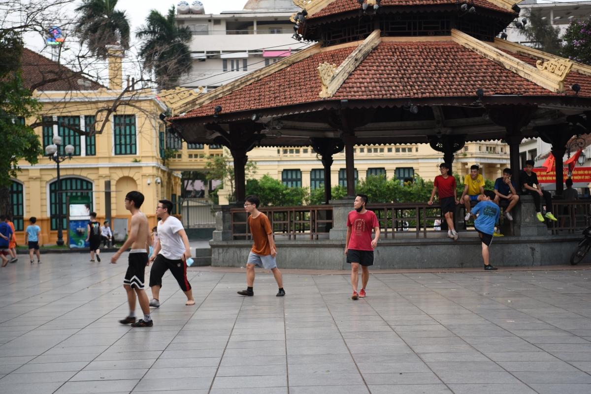 Các thanh niên đá bóng phớt lờ Công điện phòng chống dịch mới được Chủ tịch UBND Thành phố ban hành.