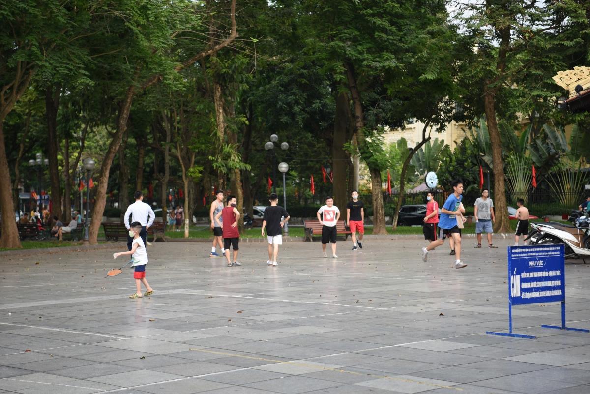 Vi phạm phòng dịch diễn ra ngay cạnh trụ sở UBND Thành phố Hà Nội.