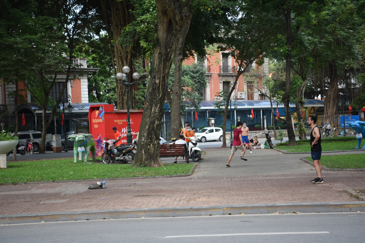 Vườn hoa Diên Hồng gần khu Nhà khách Chính phủ, Ngân hàng Nhà nước Việt Nam và Khách sạn Métropole sáng chiều đều có người đến chơi cầu lông, đá cầu. Tất cả các hoạt động này đều không thấy lực lượng chức năng xử lý theo quy định./.