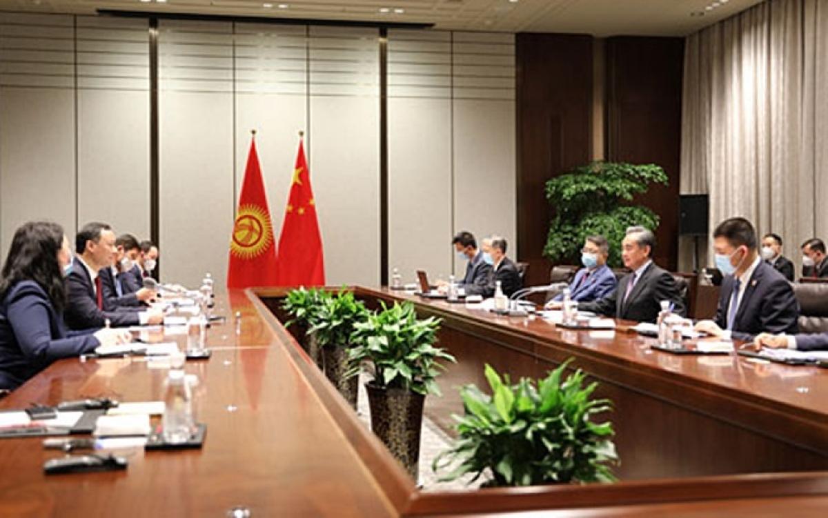 Ngoại trưởng Trung Quốc Vương Nghị hội đàm với Bộ trưởng Ngoại giao Kyrgyzstan Kazakbayev. Ảnh: Bộ ngoại giao Trung Quốc.