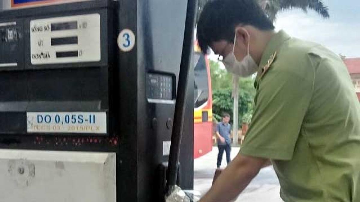 Lực lượng QLTT kiểm tra chất lượng xăng, dầu tạiCửa hàng xăng dầu Petrolimex 020.