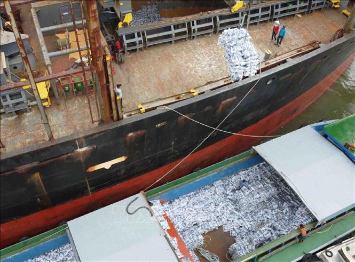 Bốc xếp gạo xuất khẩu tại cảng Sài Gòn. Ảnh: Vũ Sinh/TTXVN