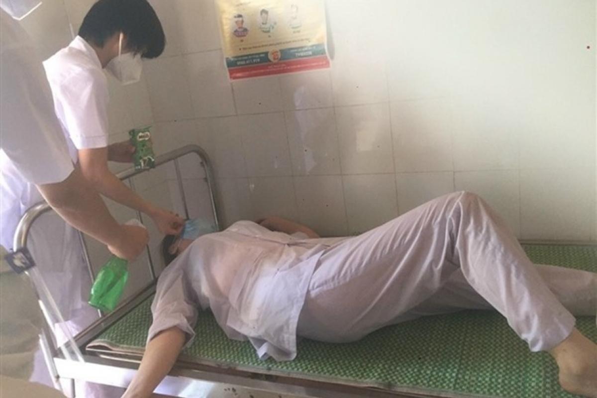 Điều dưỡng Đỗ Thị Thủy (cán bộ y tế lấy mẫu xét nghiệm COVID-19 ở xã Ninh Xá, Thuận Thành, Bắc Ninh) kiệt sức, ngất xỉu