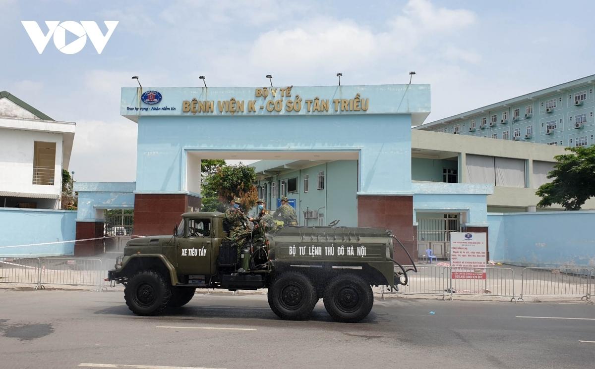 Chiến sĩ Bộ Tư lệnh Thủ đô tiến hành kiểm tra hệ thống phun khử khuẩn trên xe đặc chủng tại Bệnh viện K.