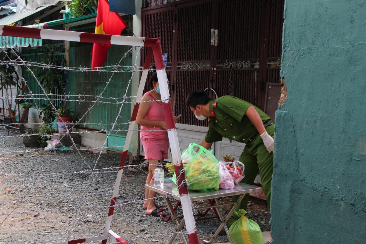 Người dân tại hẻm 1358/30 Quang Trung, Gò Vấp nhận thực phẩm từ người thân