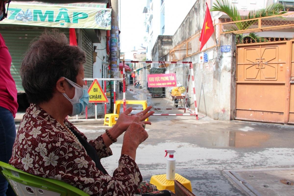 Người dân tại hẻm 647/37 Quang Trung, Gò Vấp nói về quá trình các hộ dân được đưa đi cách ly từ rạng sáng nay (27/05)
