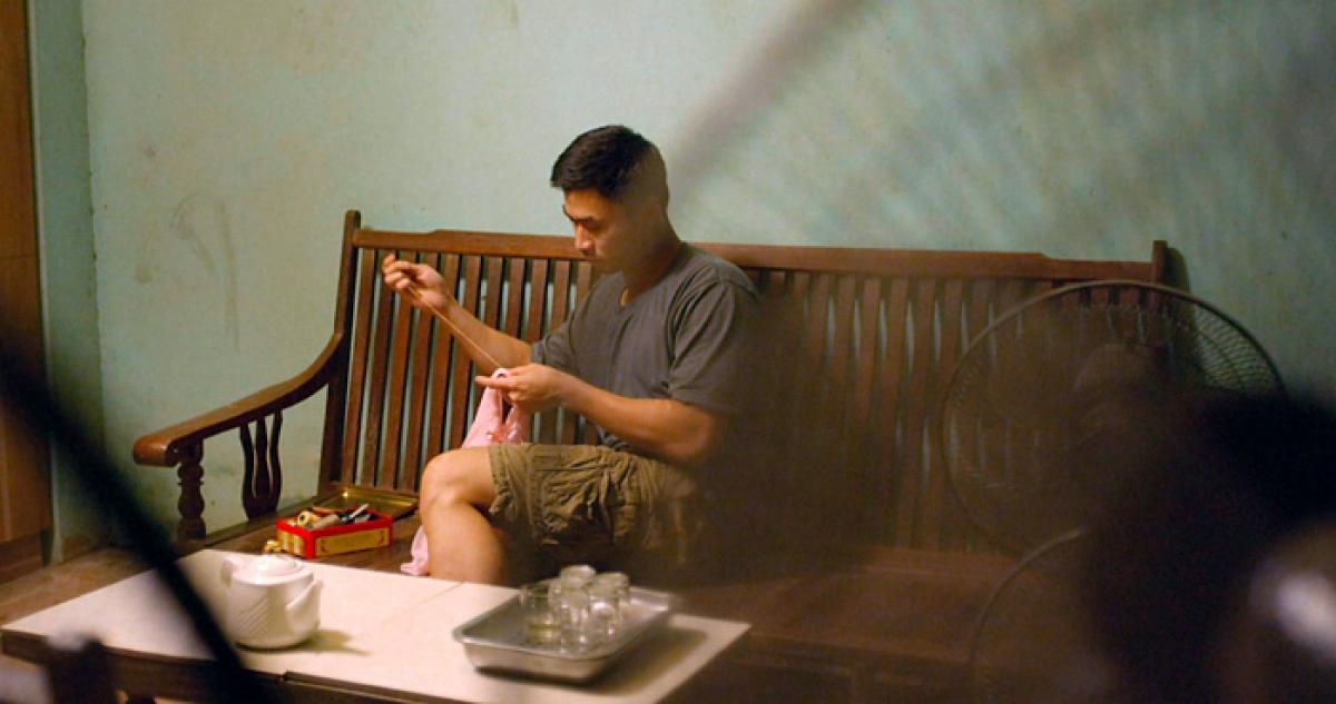 Duy Hưng với cảnh quay khâu váy cho con gái trong 'Mùa hoa tìm lại'.