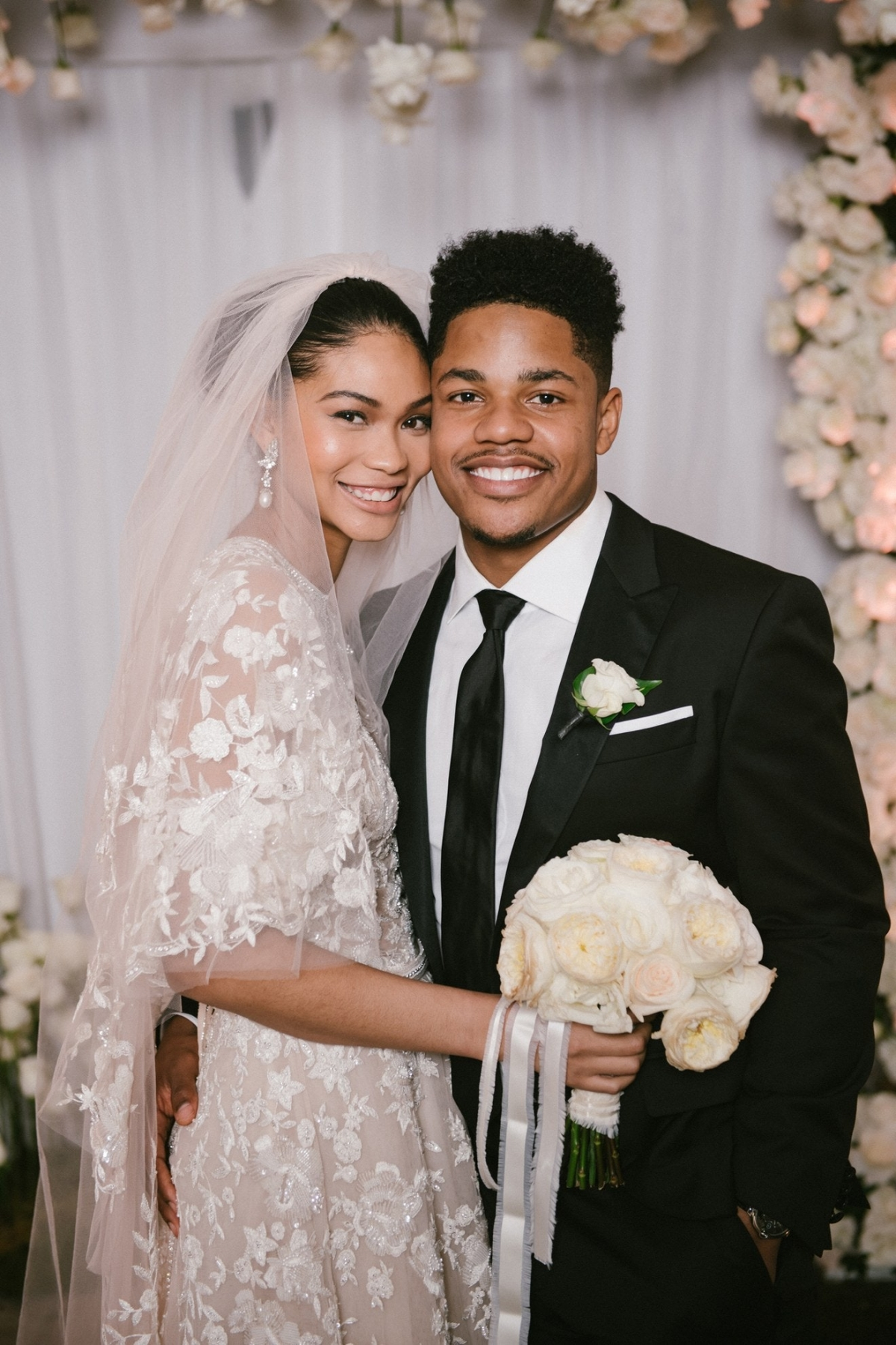 """Chân dài Victoria's Secret Chanel Iman và bạn trai - cầu thủ bóng đá Sterling Shepard của độiNY Giants đã kết hôntại khách sạn Beverly Hills ở Los Angelesvào tháng 3/2018. Trong lễ cưới, Chanel đã lựa chọn thiết kế đầmren của Zuhair Murad. Cô chia sẻ: """"Những bộ đồ của Zuhair Murad luôn vừa vặn và tôn lên vóc dáng cơ thể tôi, và những hạt cườm của hãng thật tinh xảo""""."""