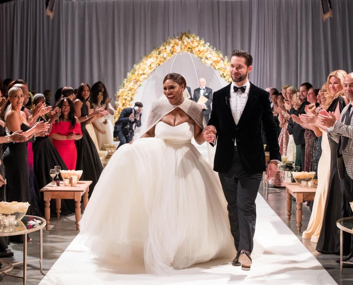 """Tháng 11/2017, Serena Williams kết hôn với doanh nhân Internet Alexis Ohanianở New Orleans. Chia sẻ lý do lựa chọn New Orleans là nơi tổ chức đám cưới, siêu sao quần vợt cho biết:""""Đó là thành phố yêu thích của anh ấy ngoài Brooklyn.Nó có ảnh hưởng của châu Âu và cũng là nơi có ẩm thực tuyệt vời. Địa điểm - Trung tâm Nghệ thuật Đương đại của New Orleans - là quyết định của cả hai chúng tôi.Hội họa và nghệ thuật là thứ mà tôi thực sự đam mê, vì vậy tôi cảm thấy thật tự nhiên và khác biệt khi kết hôn tại một bảo tàng nghệ thuật đương đại """". Trong ngày cưới, Serena diện thiết váy của Alexander McQueen do Sarah Burton thiết kế."""