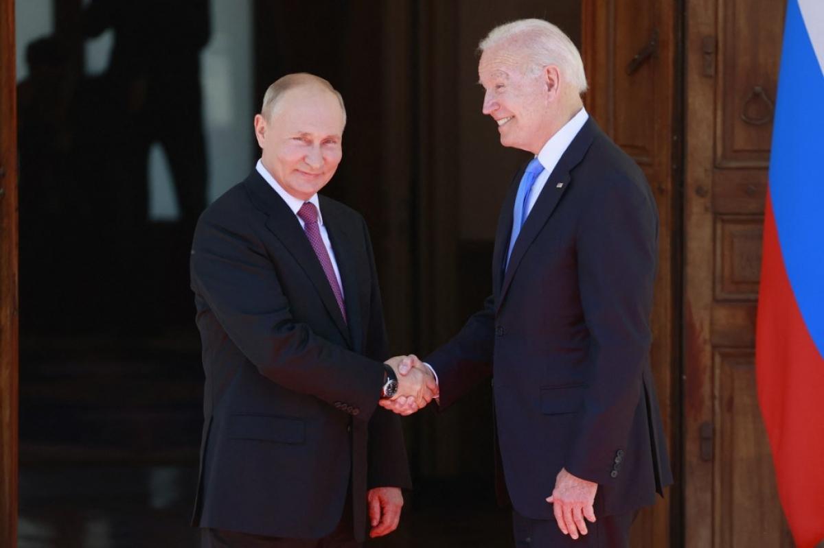 Cú bắt tay lịch sử giữa 2 nhà lãnh đạo Nga, Mỹ. Ảnh: Reuters