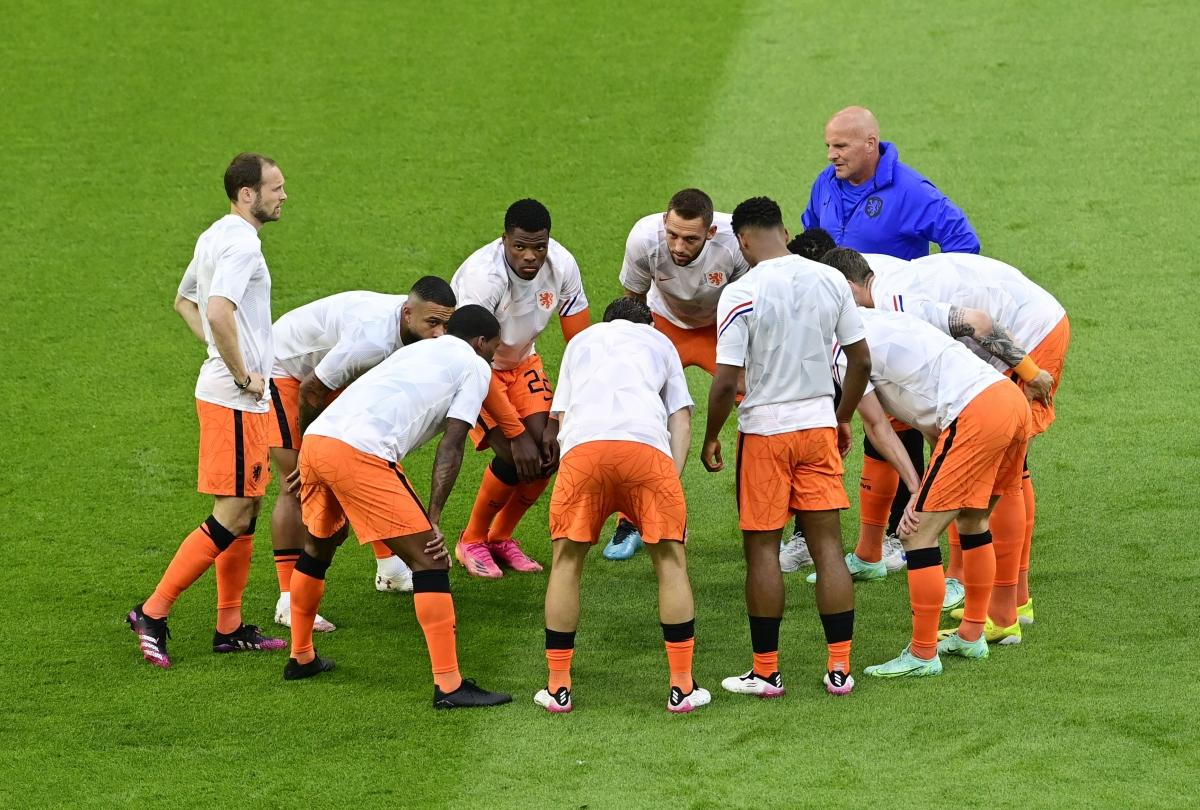 Các cầu thủ Hà Lan khởi động trước trận đấu. (Ảnh: Reuters).