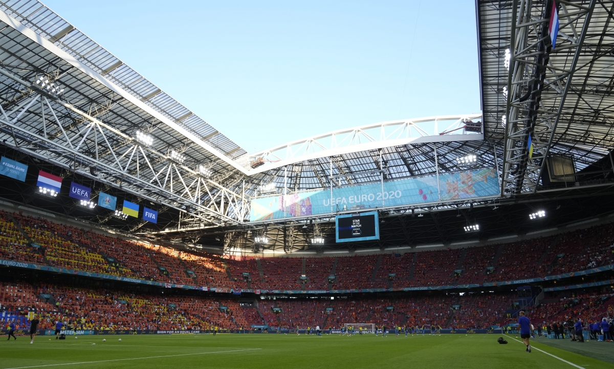 Sân Johan Cruyff Arena sẽ được đón 16.000 khán giả trong trận đấu này. (Ảnh: Reuters).