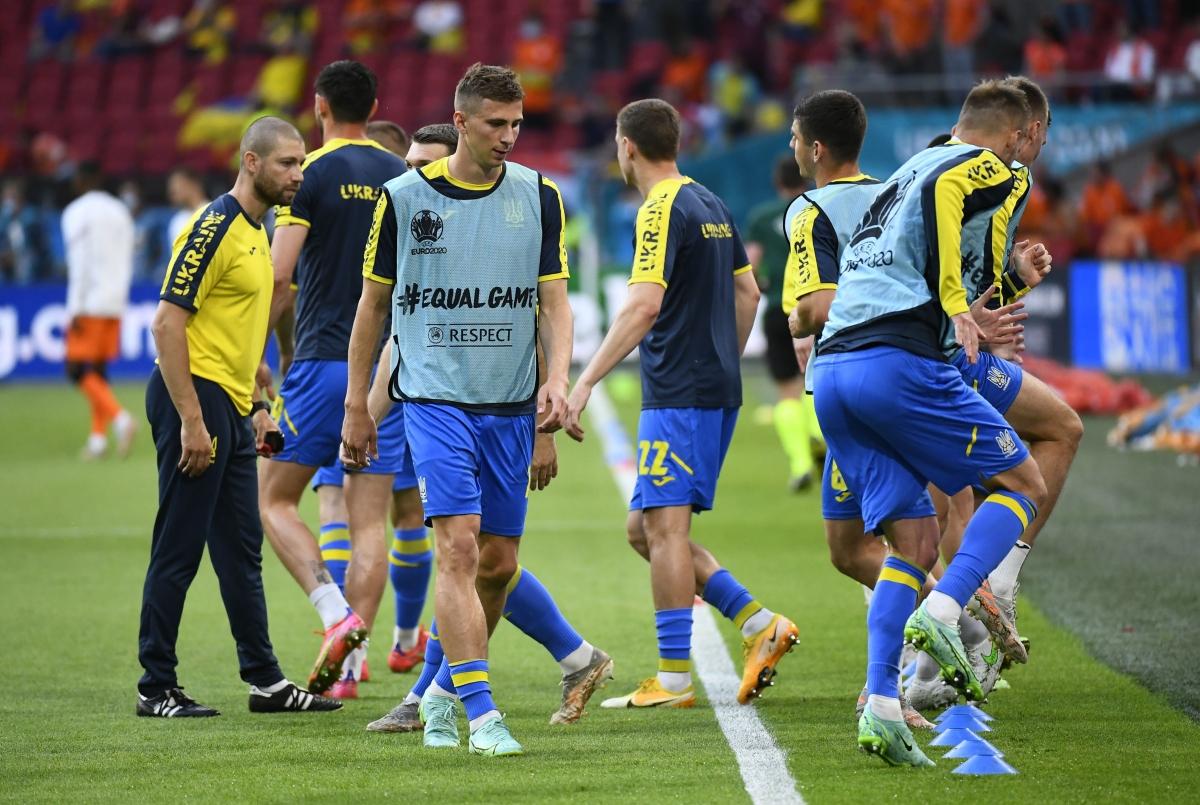Các cầu thủ Ukraine khởi động trước trận. (Ảnh: Reuters).