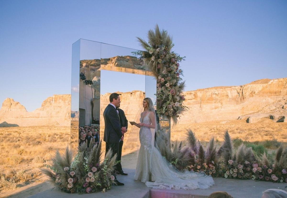 """DJ Tiësto kết hôn với người mẫu Annika Backestại Amangiri ở Utah.Buổi lễ diễn ra giữa thiết kế kiến trúc độc đáo của khu nghỉ dưỡng với cảnh quan sa mạc tuyệt đẹp.Backes chia sẻ Voguevề lựa chọn địa điểm của họ: """"Chúng tôi yêu thích sự yên lặng và khung cảnh khiến bạn cảm thấy như đang ở một hành tinh khác""""."""