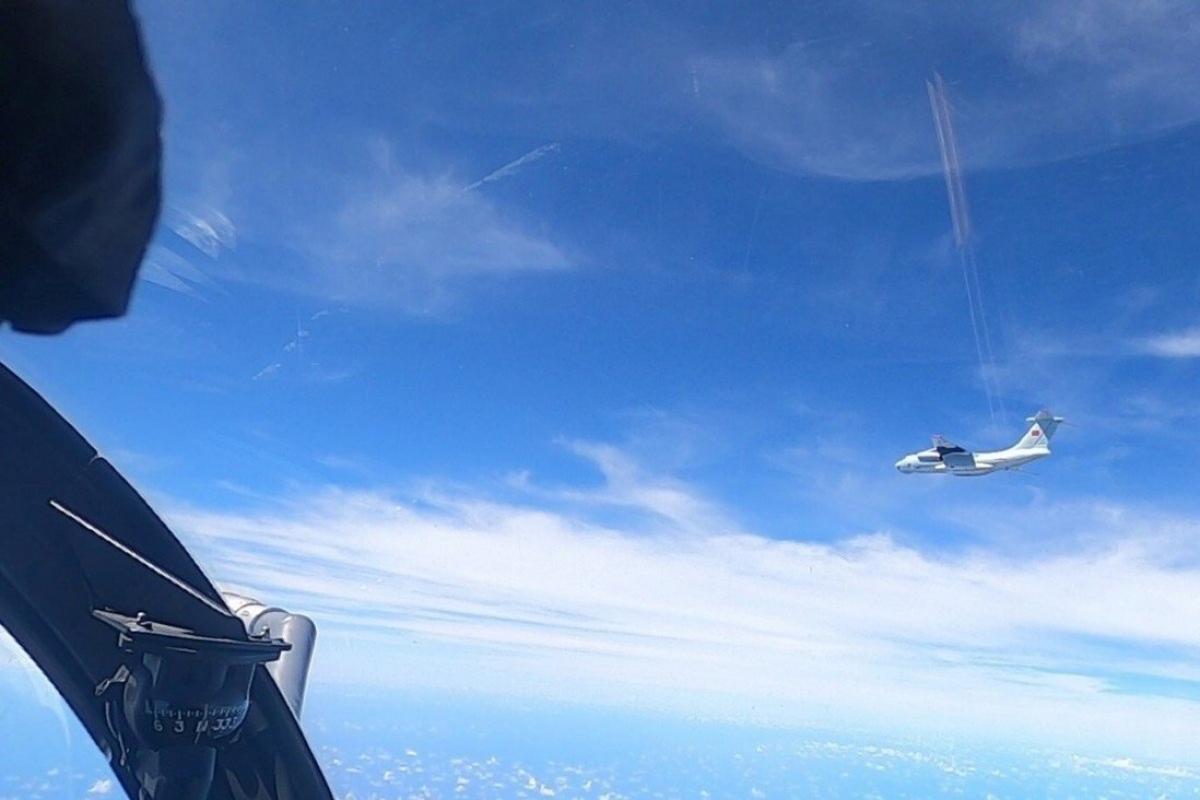 Chiến đấu cơ của Malaysia bay áp sát một máy bay Trung Quốc (màu trắng) hôm 31/5. Ảnh: Reuters.