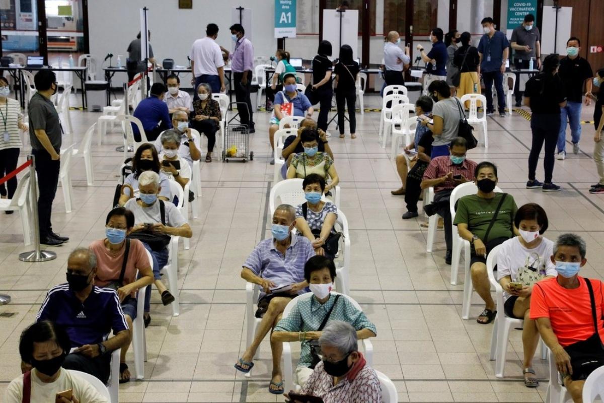 Người cao tuổi chờ tiêm vaccine tại một trung tâm tiêm chủng ở Singapore. Ảnh: Reuters