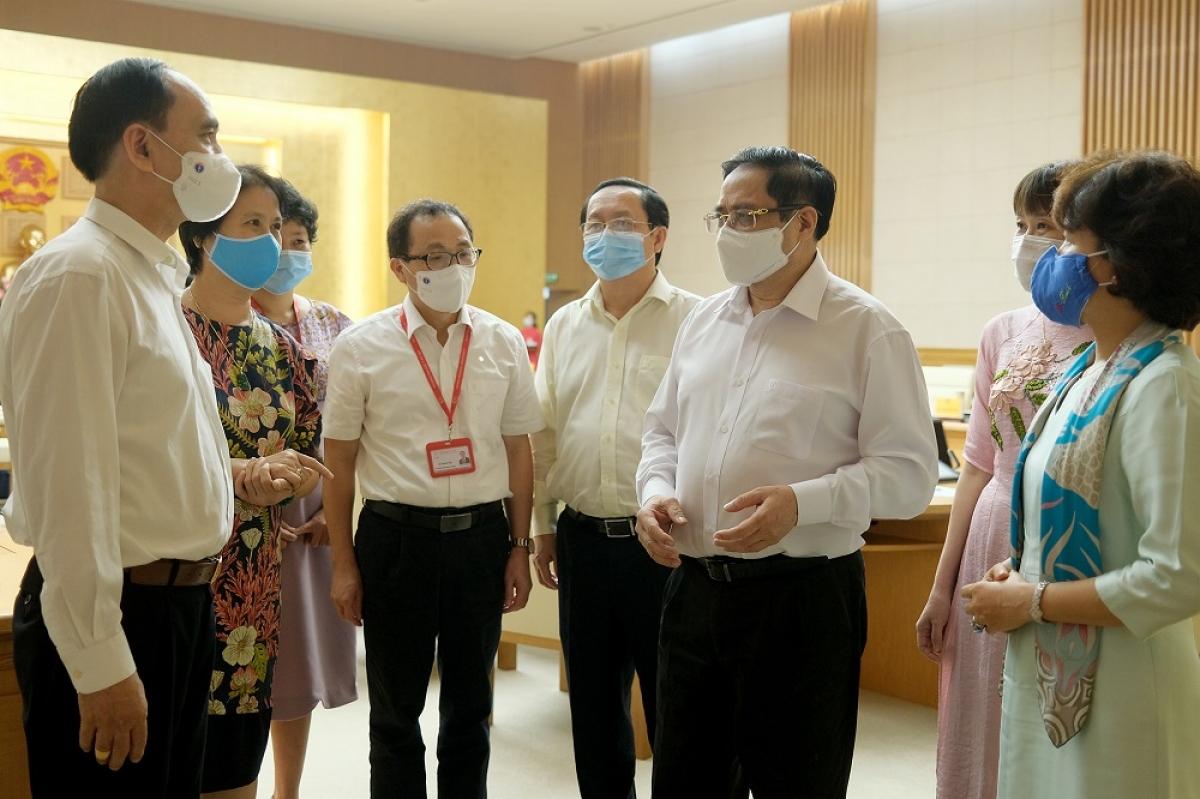 Thủ tướng Phạm Minh Chính trao đổi với các đại biểu tham dự cuộc làm việc. (Ảnh: VGP/Quang Hiếu)