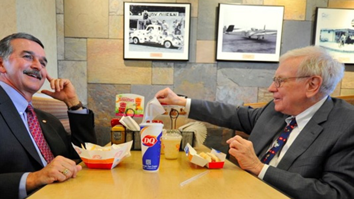 Nhiều doanh nhân sẵn sàng chi vài triệu USD để được ăn trưa và trò chuyện cùng huyền thoại đầu tư Warren Buffett.