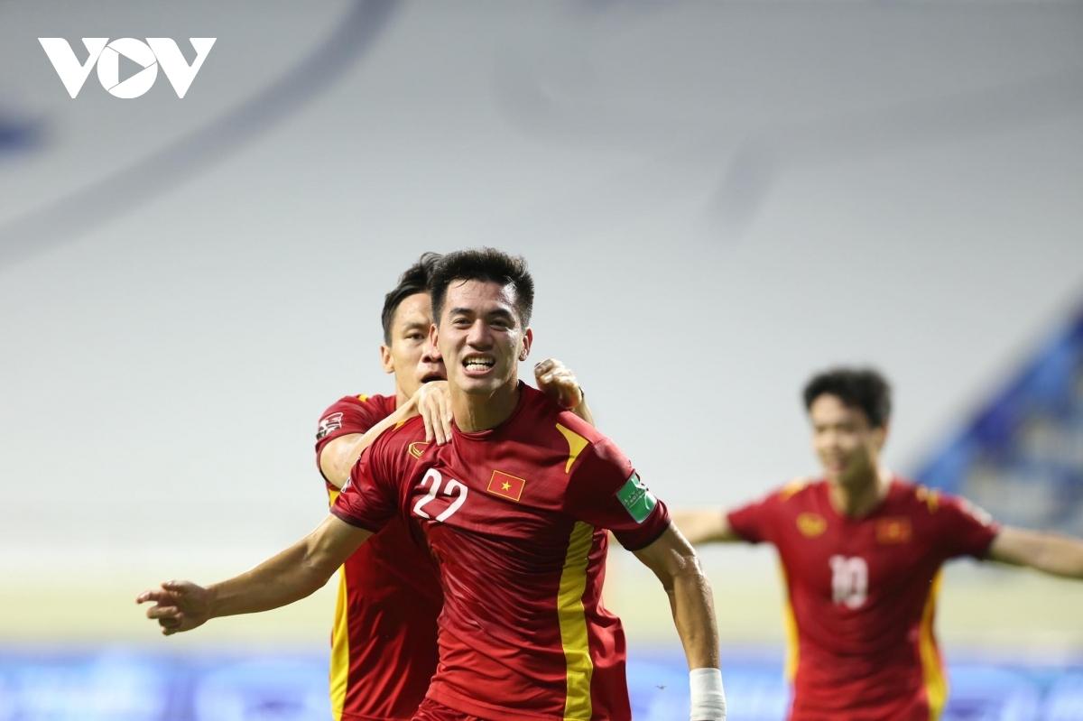"""Mới đây, trang chủ của AFC công bố 9 ứng viên cho cuộc bầu chọn """"Cầu thủ xuất sắc nhất"""" vòng loại thứ 2 World Cup 2022 khu vực châu Á (tính trong thời gian thi đấu tập trung). Trong số 9 gương mặt này, Tiến Linh vắng mặt khó hiểu dù anh ghi 3 bàn thắng để giúp ĐT Việt Nam lần đầu tiên trong lịch sử góp mặt ở vòng loại cuối cùng."""