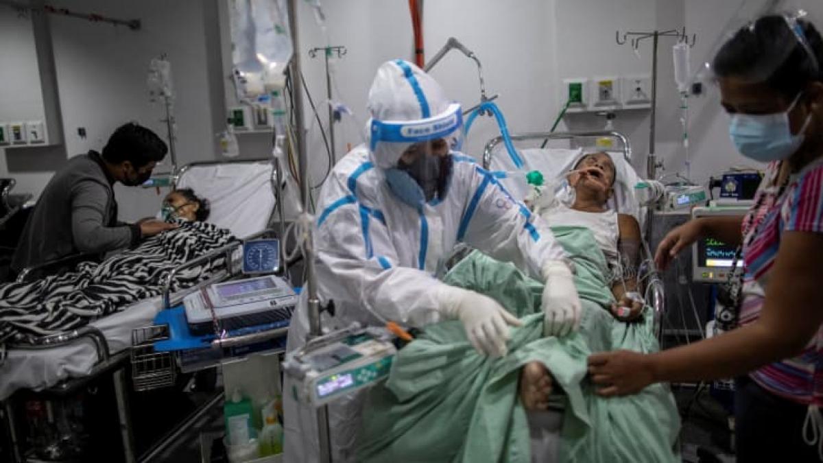 Nhân viên y tế chăm sóc bệnh nhân Covid-19 tại một bệnh viện ở thành phố Quezon, Philippines vào tháng 4. Ảnh:Reuters
