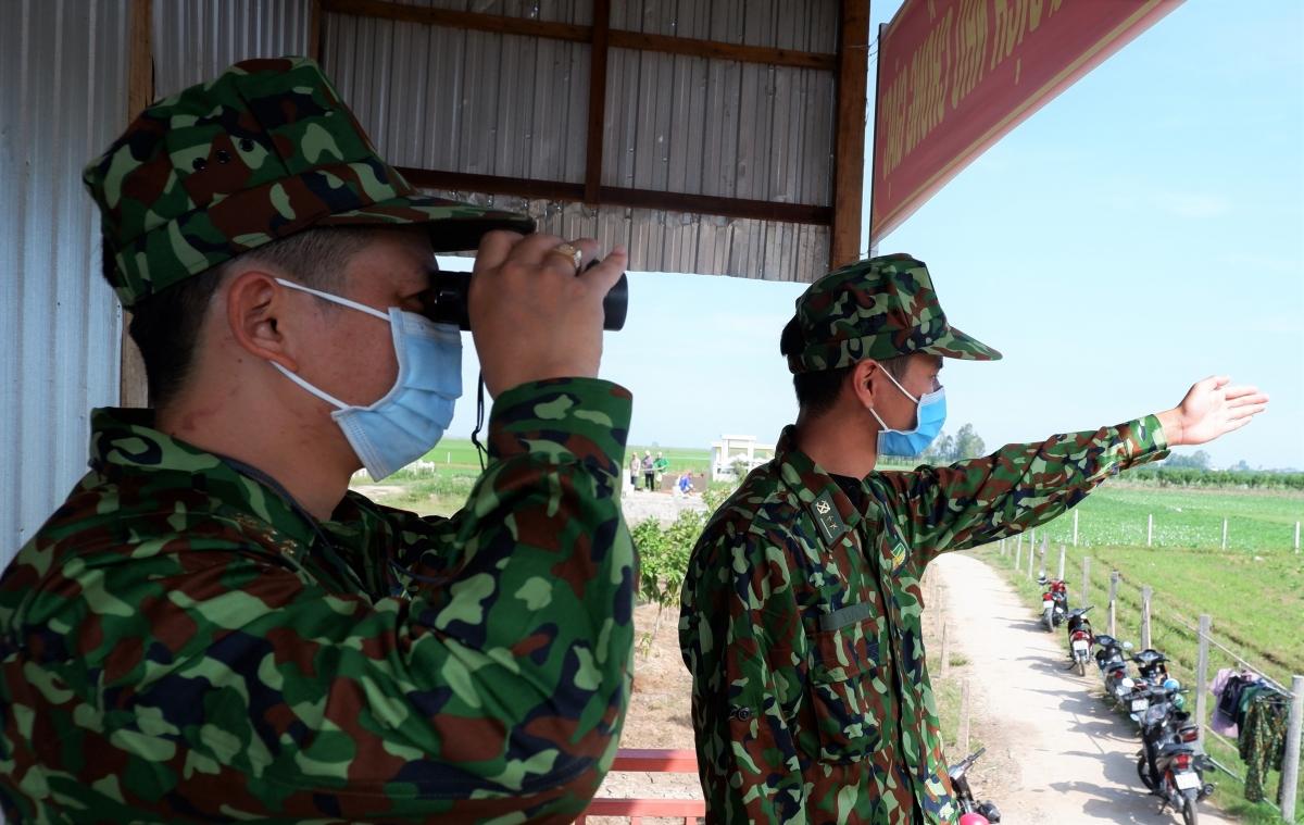 Cán bộ, chiến sỹ Đồn biên phòng Cửa khẩu Quốc tế Vĩnh Xương kiểm soát khu vực mình phụ trách.