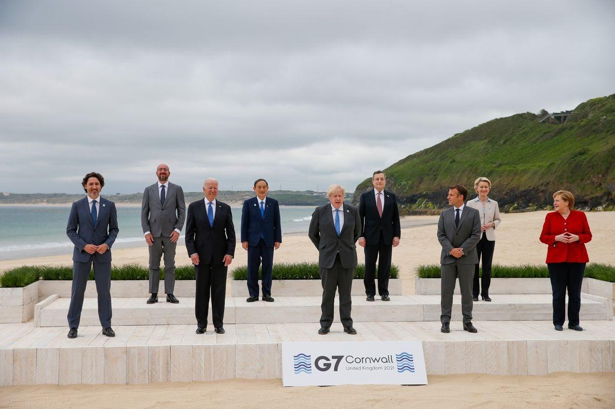 Lãnh đạo các nước G7 chụp ảnh gia đình. Ảnh: AP.