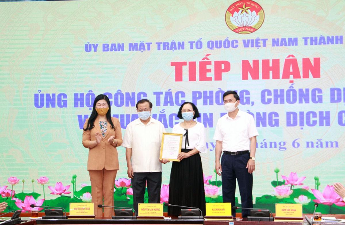 Gia đình ông Phạm Quang Nghị ủng hộ kinh phí mua vaccine phòng, chống dịch Covid-19