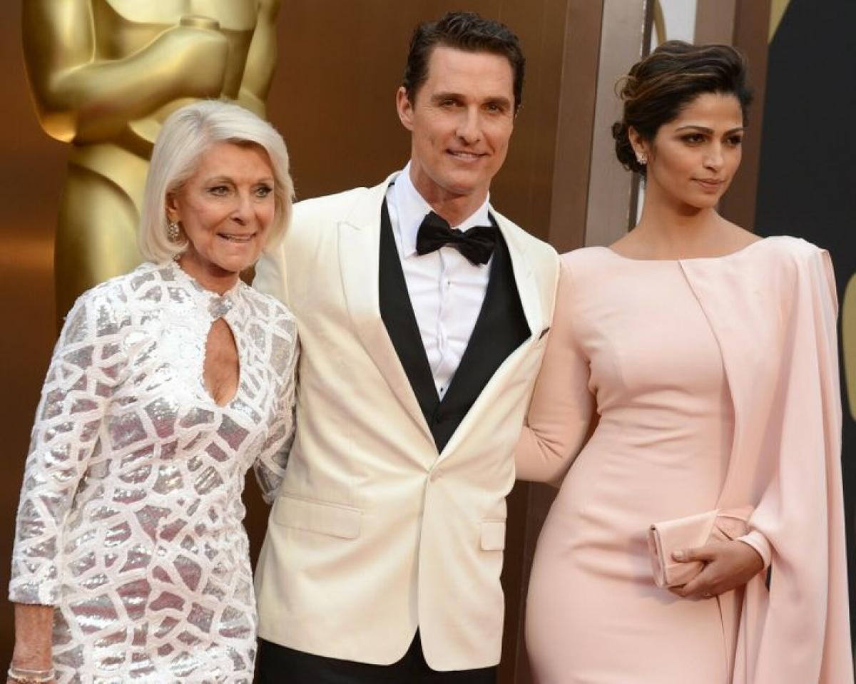 Matthew McConaughey với mẹ Mary Kathlene McCabe và vợ Camila Alves tại lễ trao giải Oscar năm 2014.