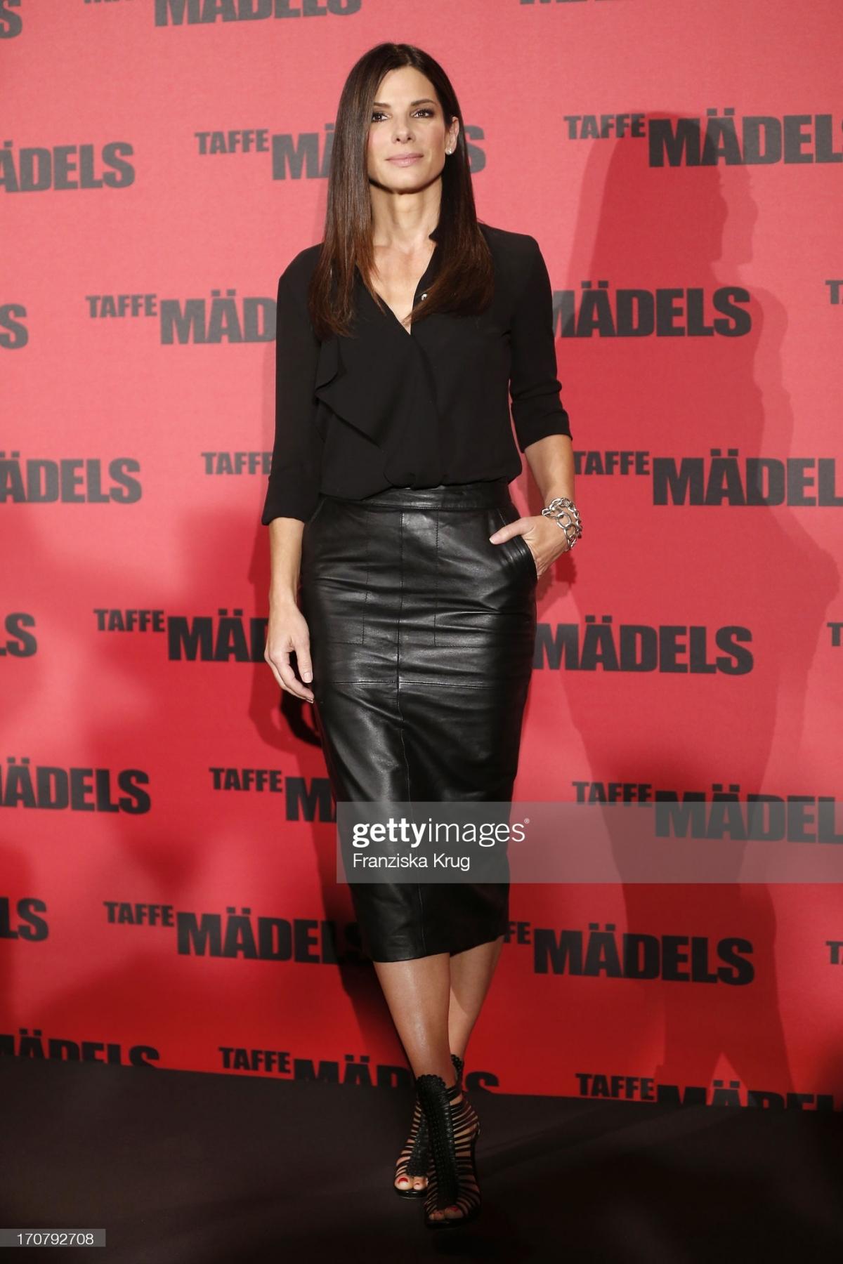 Sandra Bullock cá tính với váy da đen của ASOS.