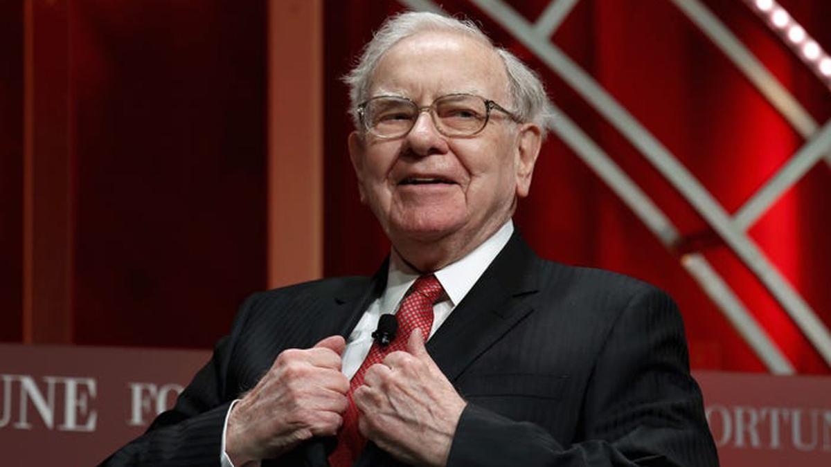 Warren Buffett mua cổ phiếu đầu tiên khi mới 11 tuổi, vào đầu năm 1942. Ông từng làm rất nhiều việc để kiếm tiền như đi giao báo, bán bóng golf, kinh doanh máy pinball. Với sự chăm chỉ của mình, Warren Buffett đã có trong tay 53.000 USD khi mới 16 tuổi.