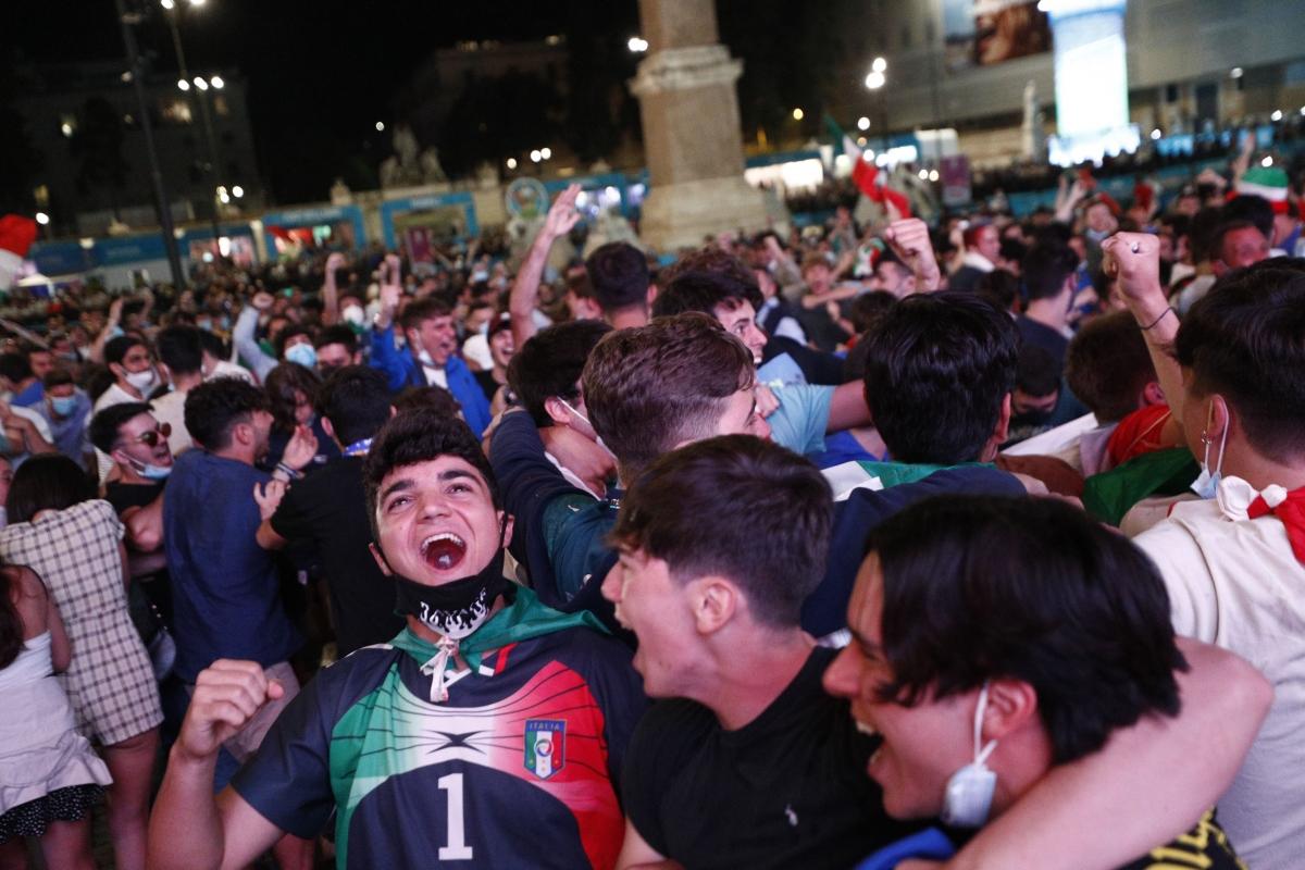 Niềm vui của các cổ động viên Italia, khi đội nhà thắng trận./.