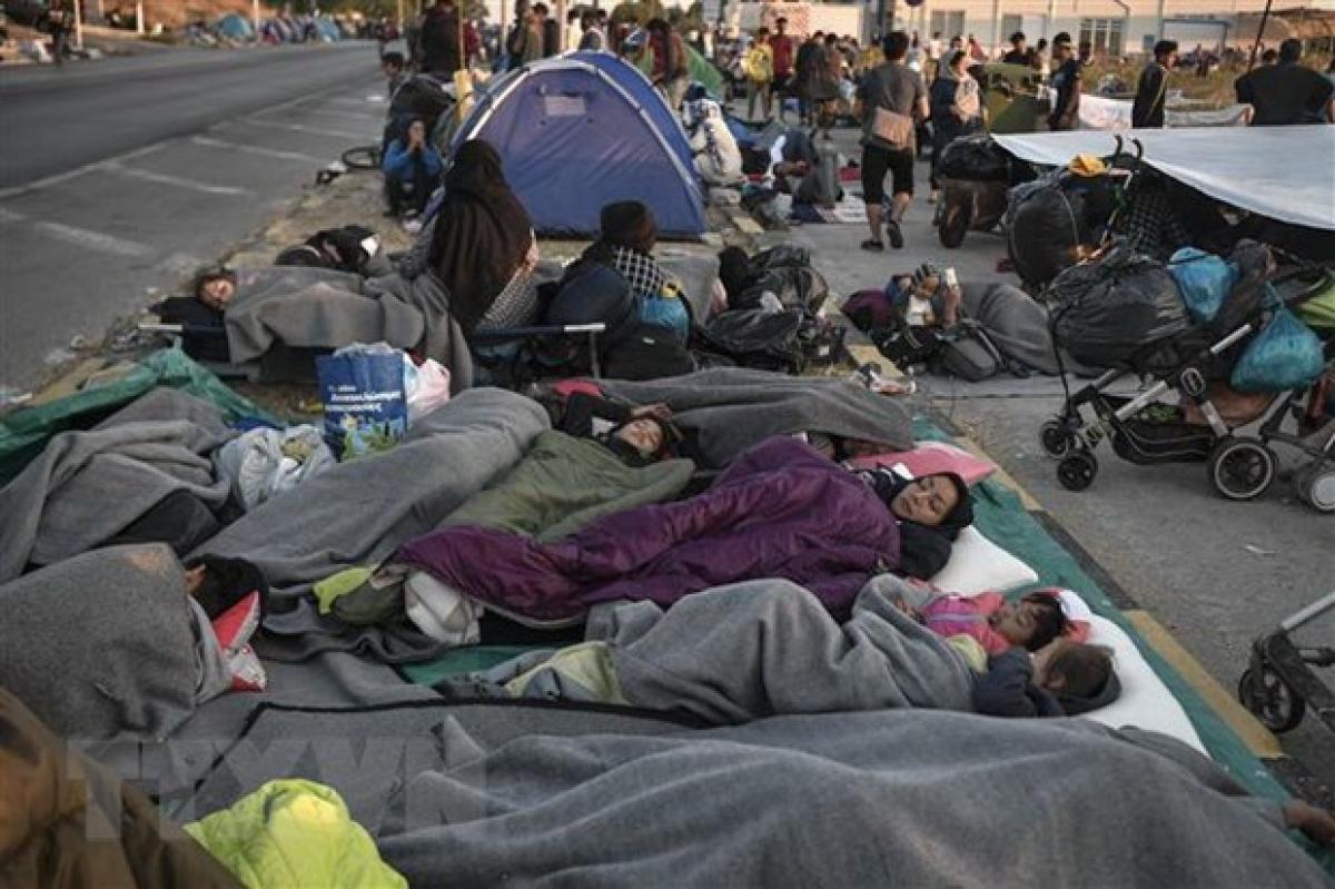 Người di cư bị mất nơi ở sau vụ cháy trại tị nạn Moria trên đảo Lesbos, Hy Lạp, ngày 11/9/2020. (Ảnh: AFP/TTXVN)