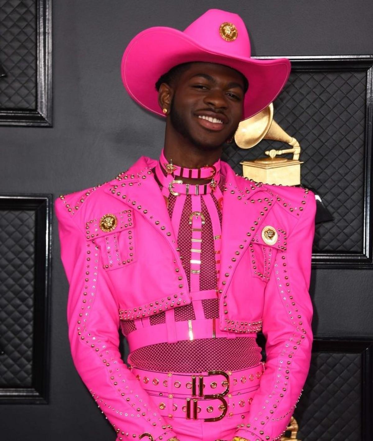"""Rapper 22 tuổi, Lil Nas X, mặctrang phụcVersace fuchsiavà đội mũ cao bồi tới lễ trao giải Grammy 2020.Nghệ sĩ đã giành được giải thưởng cho """"Video hay nhất"""" trong đó anh đóng vaimột chàng cao bồi."""