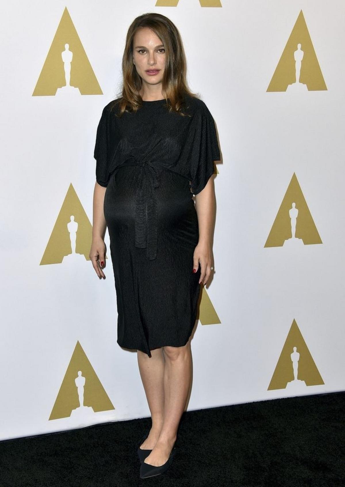 Natalie Portman mặc váy bầu màu đen của Topshop