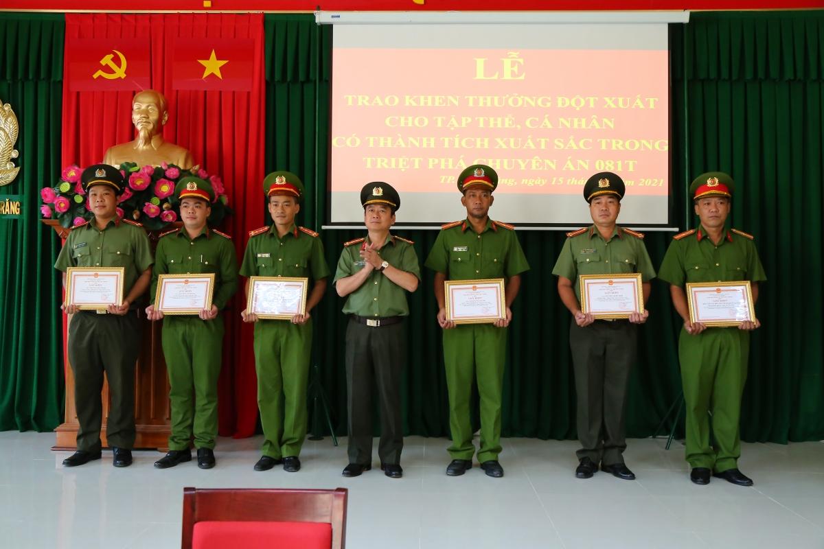 Đại tá Nguyễn Minh Ngọc trao giấy khen cho các tập thể, cá nhân có thành tích xuất sắc trong triệt phá thành công chuyên án tàng trữ, vận chuyển trái phép chất ma túy