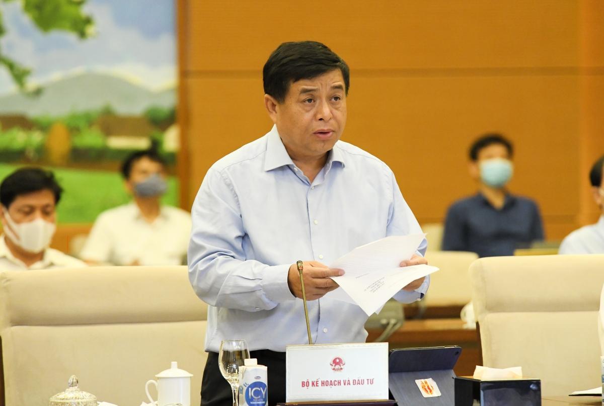 Bộ trưởng Bộ Kế hoạch và đầu tư Nguyễn Chí Dũng báo cáo tại phiên họp Ủy ban Thường vụ Quốc hội. Ảnh: Anh Minh
