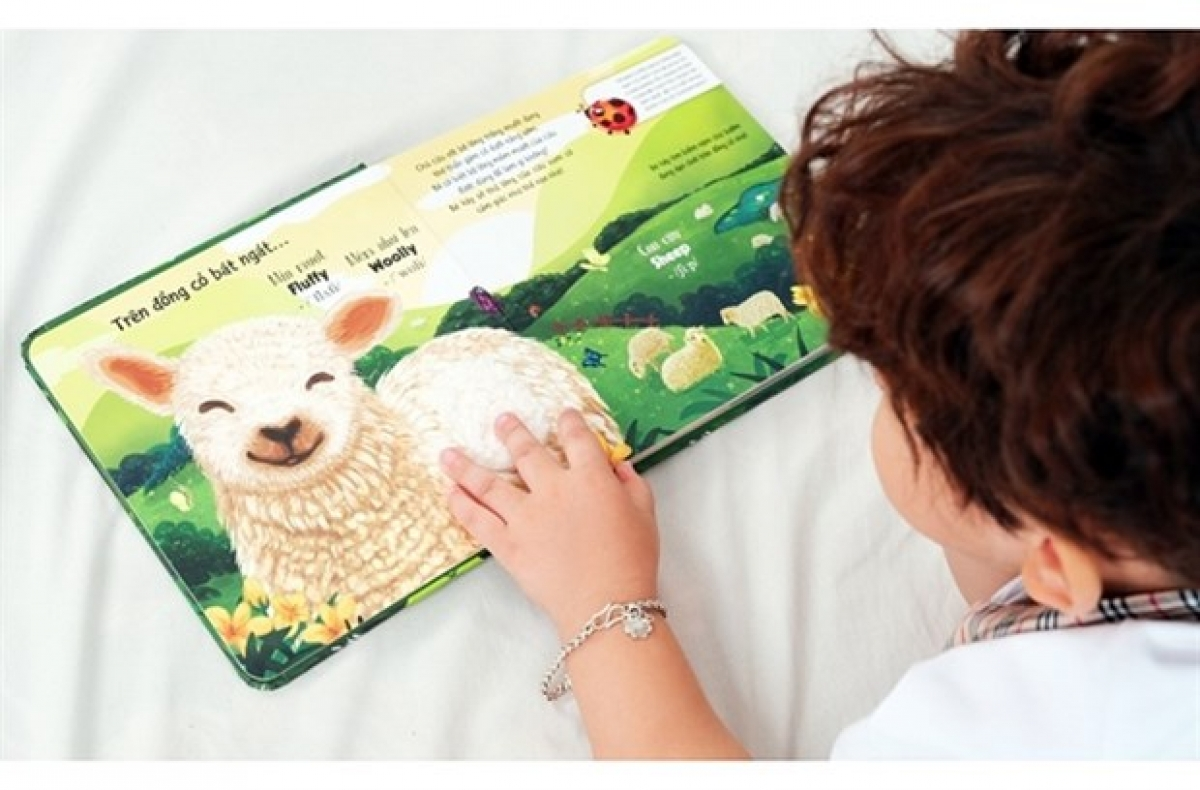 Not only being entertained by the stories, but the children could also touch the animal characters' fur that has been made similar to real ones via the special designs of the books. (Photo: baodansinh.vn)