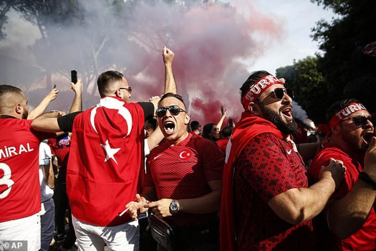 """Các CĐV Thổ Nhĩ Kỳ """"cháy"""" hết mình. (Ảnh: AP)."""