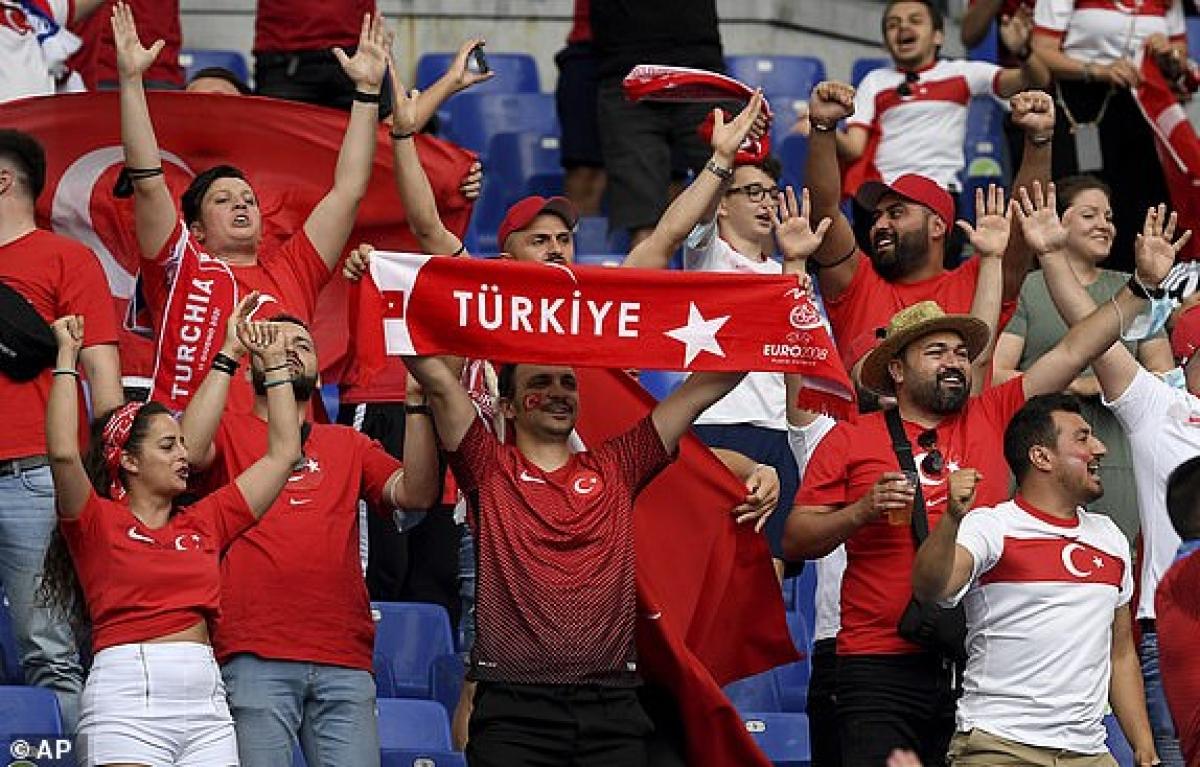 Các CĐV Thổ Nhĩ Kỳ trong sân Olympico cũng sôi động không kém. (Ảnh: AP).