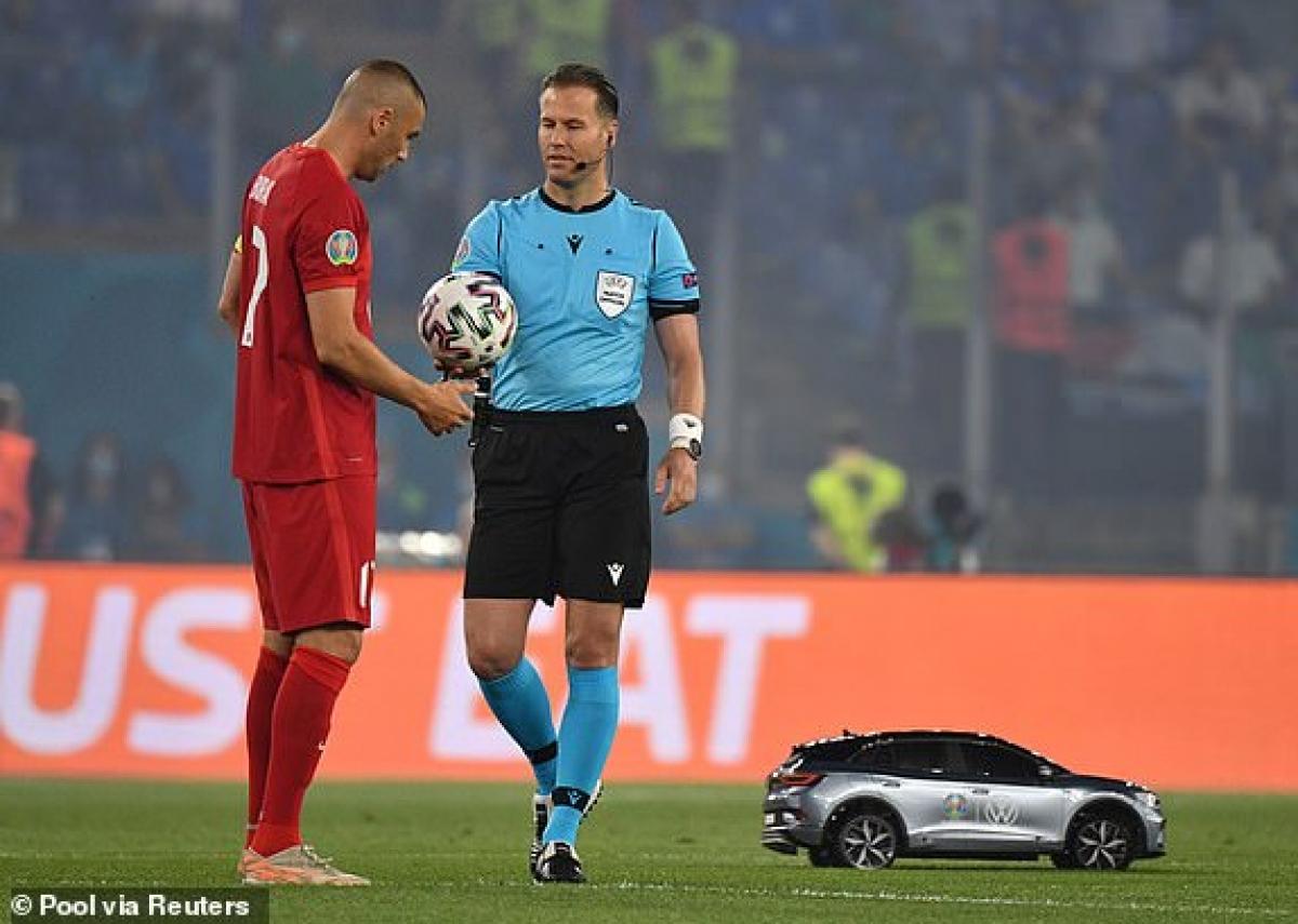 Chiếc xe điều khiển từ xa mang trái bóng trận khai mạc EURO 2021 cho trọng tài. (Ảnh: Reuters).