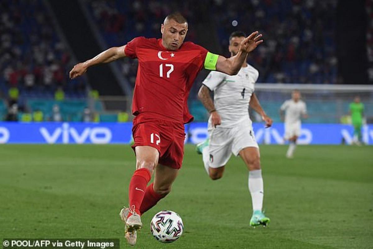 Các cầu thủ Thổ Nhĩ Kỳ đang chơi phòng ngự - phản công sắc nét trước Italia. (Ảnh: Getty).
