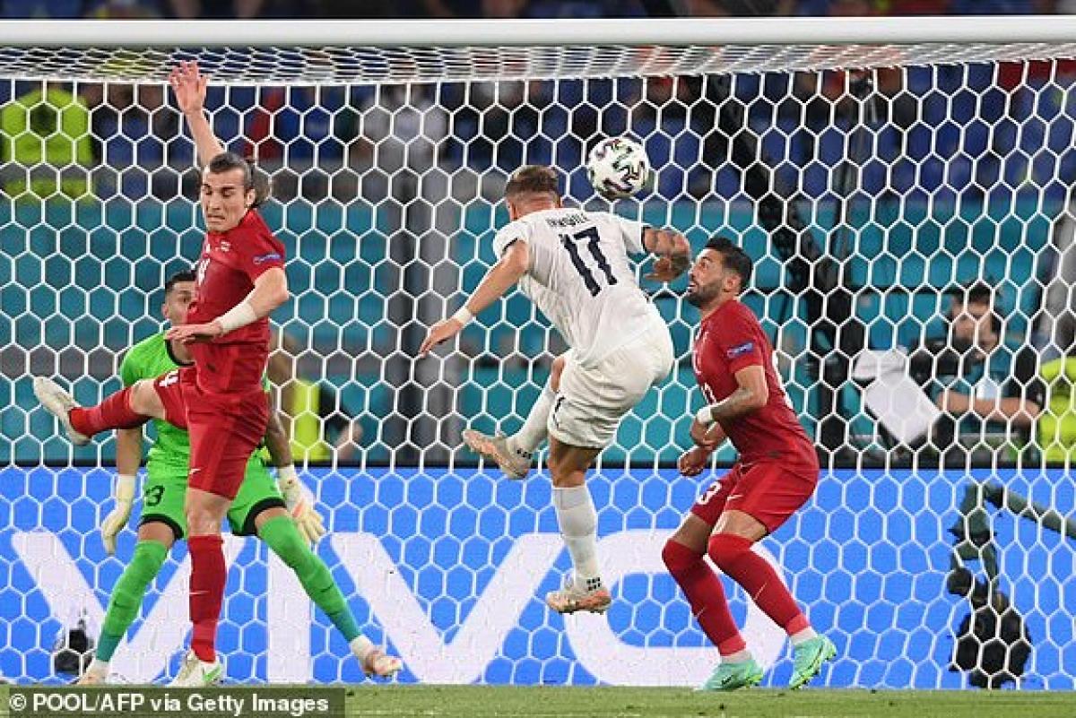 Thổ Nhĩ Kỳ bất ngờ nhận bàn thua sau tình huống phản lưới nhà của Demiral. (Ảnh: Getty).