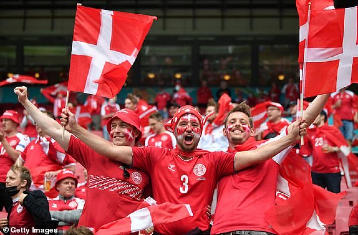 CĐV của Đan Mạch đang tạo nên bầu không khí tuyệt vời ở Parken. (Ảnh: Getty).